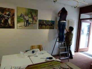 Beim Hängen der Bilder in der Ausstellung Faszination Gakopper (c) Frank Koebsch (2)