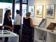 Die letzen Handgriffe vor der Ausstellungseröffnung in der Galerie Severina (c) Frank Koebsch