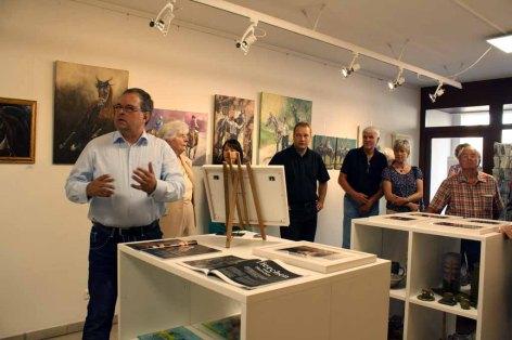 Frank Koebsch bei der Begrüßung der Gäste in der Ausstellung Faszination Galopper (c) Karina Sturm (2)