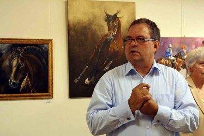 Frank Koebsch bei der Begrüßung der Gäste in der Ausstellung Faszination Galopper (c) Karina Sturm