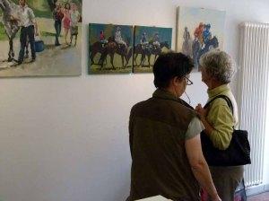 Kontrolle der Hängung der Bilder in der Ausstellung Faszination Galopper (c) Frank Koebsch (1)