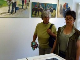 Kontrolle der Hängung der Bilder in der Ausstellung Faszination Galopper (c) Frank Koebsch (2)