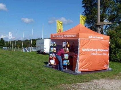 Beim Aufbau für das Ostsee Meeting 2014 - der Tourismusverband MV (c) Frank Koebsch
