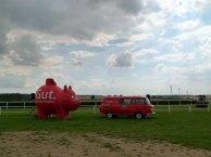 Beim Aufbau für das Ostsee Meeting 2014 - die Ostsee Sparkasse als Hauptsponsor(c) Frank Koebsch
