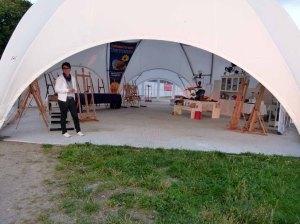 Cindy Höppner beim Aufbauen der Ausstellung Faszination Galopper (c) FRank Koebsch
