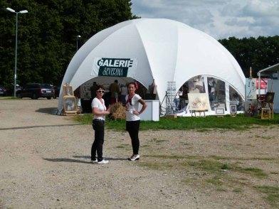 Cindy Höppner und Karina Sturm bereit zum Empfang der Besucher in der Ausstellung Faszinapzion Galopper (c) FRank Koebsch