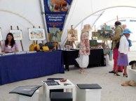 Die ersten Besucher stöbern in der Ausstellung - Faszination Galopper - während des Ostsee Meetings 2014 (c) Frank Koebsch (1)