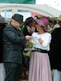 Auch Männer tragen Hut auf den Ladies Day des Ostsee Meetings 2014 (c) Frank Koebsch (2)