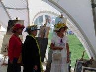 Besucherinnen auf dem Ladies Day des Ostsee Meetings interessieren sich für die Bilder von von Karina Sturm (c) Frank Koebsch
