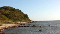 Am Strand von Thiessow mit Blick auf den Lostenberg (c) Frank Koebsch