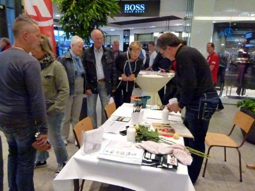 Frank Koebsch erklärt den Einsatz von Strulturpaste beim Aquarellieren - Stand im KTC - regio polis (1)