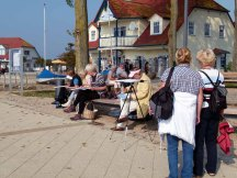 Interssierte Zuschauer beim Aquarellkurs im Hafen von Rerick (c) Frank Koebsch