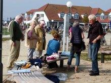 Malschüler und Bewunderer der Aquarelle im Hafen von Rerik (c) Frank Koebsch