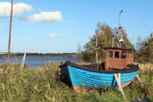 Ein alter Kutter im Hafen von Gager ist unser Motiv für ein Aquarell (c) Jost Grünheid