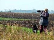 Hanka und Ebby beobachten Kraniche auf Ummanz (c) FRank Koebsch