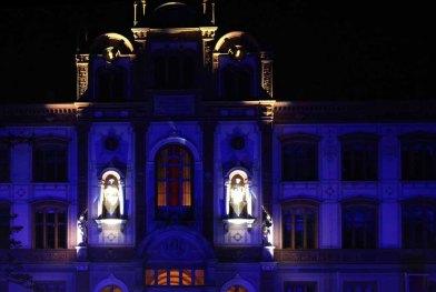 Illuminiertes Hauptgebäude der Universität Rostock (c) Frank Koebsch (2)