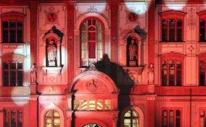 Illuminiertes Hauptgebäude der Universität Rostock (c) Frank Koebsch
