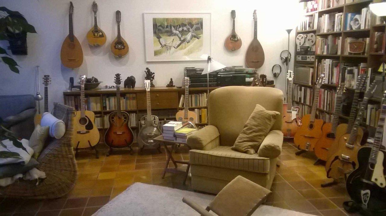 Das verkaufte Kranich Aquarell - Wenn es Hersbt wird - an der Wand eines wunderbares Musikzimmers
