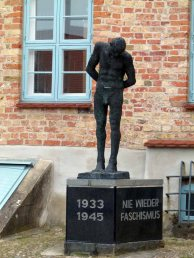 Mahnmal vor dem Krummen Haus in Bützow (c) Frank Koebsch (1)