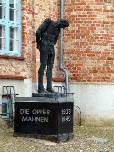 Mahnmal vor dem Krummen Haus in Bützow (c) Frank Koebsch (2)