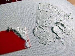 Grobe Strukturpaste wird großflächig mit einem Spachtel aufgetragen (c) Frank Koebsch
