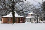 Roten und Weißen Pavillon im verschneiten Doberan (c) Frank Koebsch
