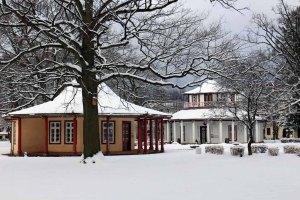 Roter und Weißr Pavillon im verschneiten Bad Doberan (c) Frank Koebsch
