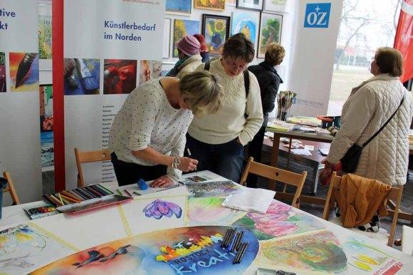 Im Gespräch zu der Malerei - Rostock Kreativ (2)