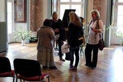 Anregete Gespräche in der Ausstellung von Hanka u Frank Koebsch im Schloß Griebenow (2)