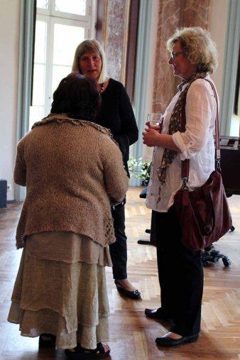 Anregete Gespräche in der Ausstellung von Hanka u Frank Koebsch im Schloß Griebenow