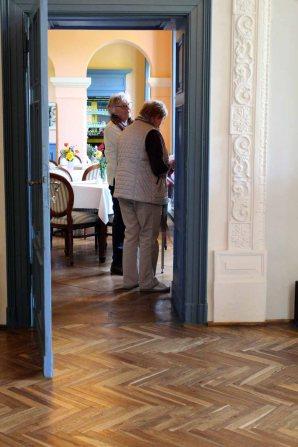 Erste Besucher der Ausstellung von Hanka u Frank Koebsch im Schloß Griebenow (1)