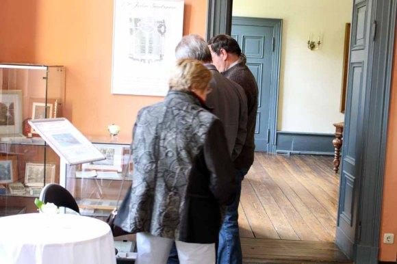Erste Besucher der Ausstellung von Hanka u Frank Koebsch im Schloß Griebenow (2)