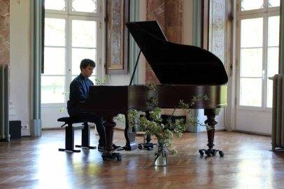 Louis Werner spielt - Maybe - von Yiruma bei unserer Ausstellung im Schloß Griebenow (c) Frank Koebsch