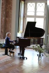 Pamina Seiberling spielt P. Tschaikowski bei unserer Ausstellung im Schloß Griebenow (c) Frank Koebsch