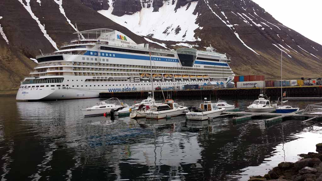 AIDA Luna im Hafen von Ísafjörður auf Island (c) Frank Koebsch