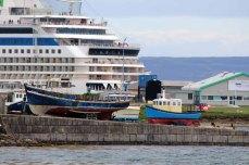 Alt und Neu im Hafen von Kirkwall (c) Frank Koebshc