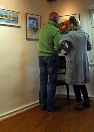 Bildanalyse bei der Ausstellung im Krummen Haus in Bützow (c) FRank Koebsch