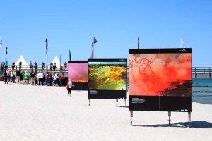 Fotowände am Strand von Zingst - Fotofestival Horizonte 2015 (c) Frank Koebsch (2)