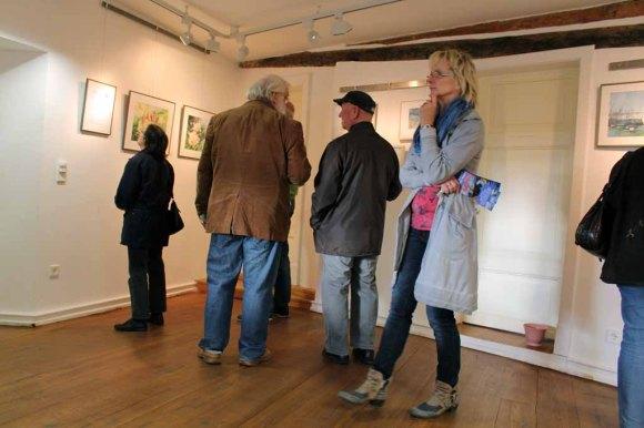 Gäste bei der Ausstellungseröffnung im Krummen Haus in Bützow (c) Frank Koebsch