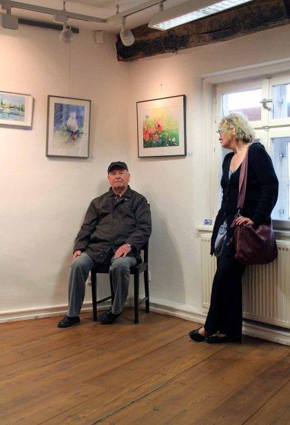 Hanka im Gespräch mit dem Bützower Maler Horst Zettier (c) Frank Koebsch