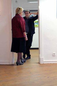 Wann geht es nun los - Besucher bei der Ausstellung im Krummen Haus Bützow (c) Frank Koebsch