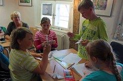 Das Basteln von Kranichen macht Spaß - Ausstellung von Hanka u Frank Koebsch in Bützow (1)