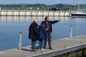 Frank Koebsch mit Malschülern im Hafen von Gager auf Motivsuche (c) Almut Basta