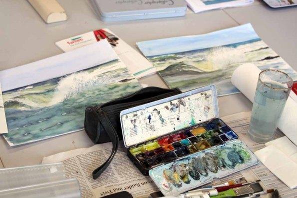 Wie malt man Wellen? Bilder der Teilnehmer an den Malkursen der VHS Rostock (c) Frank Koebsch