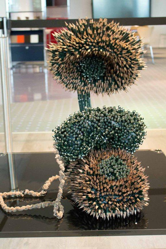 Details des Arbeitszimmers aus 60 000 Bleistiften von Faber Castell der Künstlerin Kerstin Schulz (c) Frank Koebch (1)