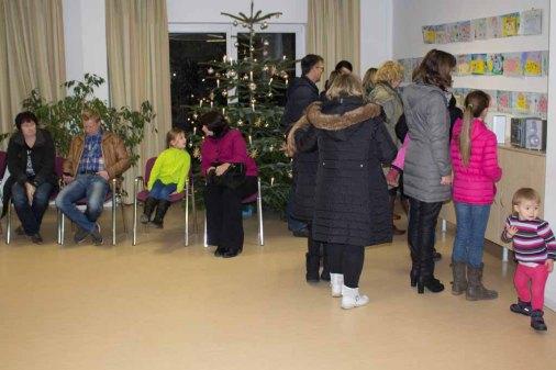 Besucher bei der Ausstellung zum Malwettbewerb - Mein Dorf (c) Frank Koebsch (1)