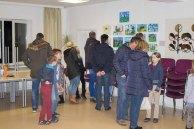 Besucher bei der Ausstellung zum Malwettbewerb - Mein Dorf (c) Frank Koebsch (2)
