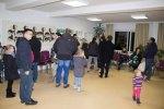 Besucher bei der Ausstellung zum Malwettbewerb - Mein Dorf (c) Frank Koebsch (3)