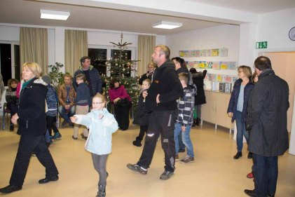 Besucher bei der Ausstellung zum Malwettbewerb - Mein Dorf (c) Frank Koebsch (4)