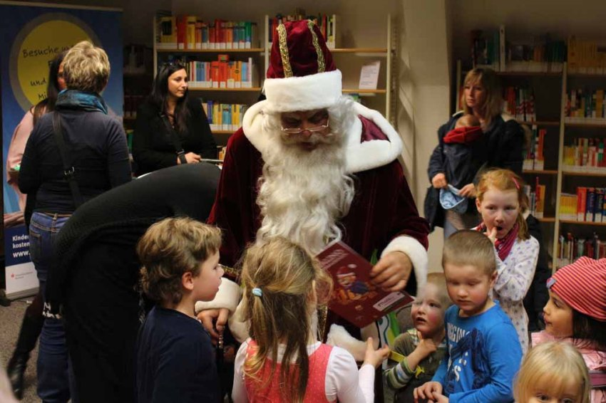 Der Weihnachtsmann in der Stadtbibliothek (c) Frank Koebsch (2)